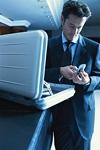 ビジネスマンと携帯電話と鞄