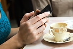 喫茶店でスマートフォン