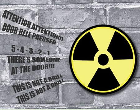 ↑ 怪しげなドアベルNuclear Doorbell……の住民側部分。