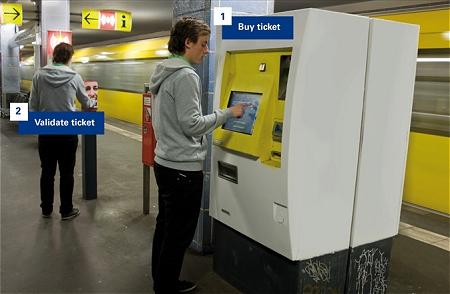 ↑ 券売機で買った切符をパンチャーで「使用済み」に