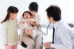 新生児とお医者さん