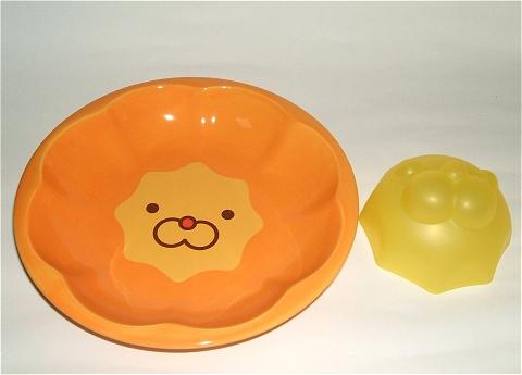 中身を取り出すとこんな感じ。ライス型の大きさがちょうどお皿の顔印の大きさにほぼ一致する