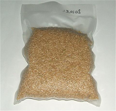 ↑ 玄米も真空パック。上に表記してあるのは、密封した月日。