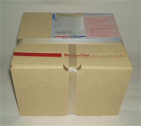 シンプルな箱に納められた優待品