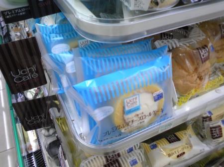 「プレミアムレアチーズロールケーキ」。少々低い位置におかれるようになり、上からスイーツ全体を一望できる配置に。その中央にお目当てのものが。