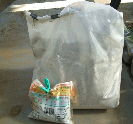 ↑ 火鉢を買った時に調達した灰と、余っていた肥料のうち窒素成分の少ないモノを用意