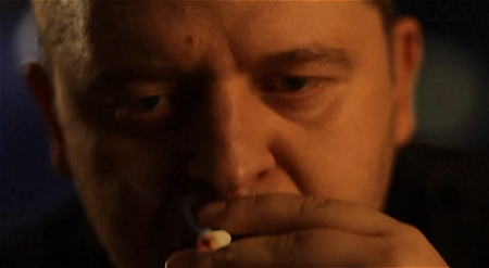 ↑ たばこに火をつける子供。しかしその姿は大人へと変わる。