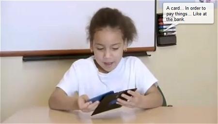 ↑ 3.5インチ・5インチフロッピーディスクを手に、カメラや銀行のキャッシュカード、CDケースではないかと想像する子供達