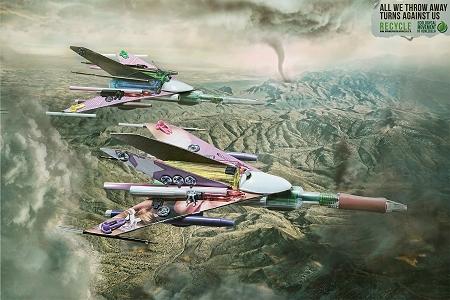 ↑ 街々を破壊していく勇ましい軍用機。よく見ると……