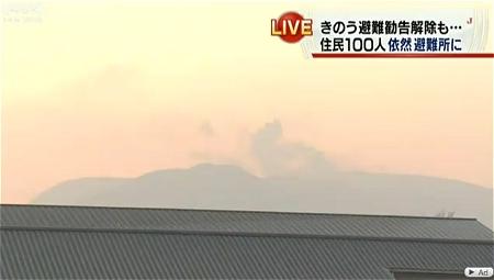 ↑ 霧島山(新燃岳)の噴火と周囲の状況を伝える報道(2月6日付け)。