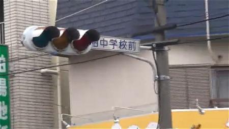 ↑ 昼間における計画停電で信号が消えた交差点。