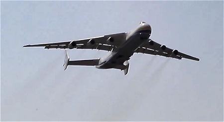 ↑ フランスのシャトールー空港を出発したAn-225。
