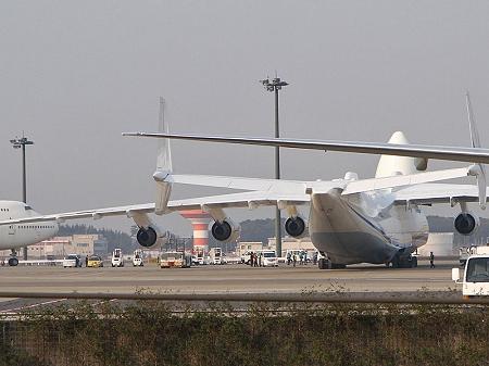 ↑ 着陸時のAn-225の雄姿