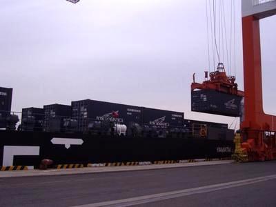 ↑ 神戸港で救援物資を搬入するYAMATAI