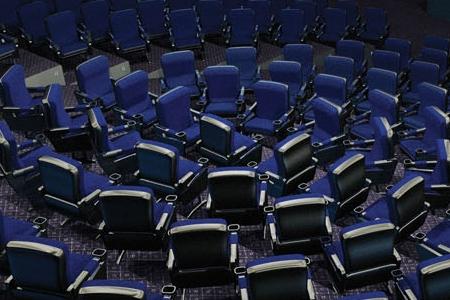 ↑ 中心にある席は通常のポジション。周囲の椅子は皆、その中心の席を向いている