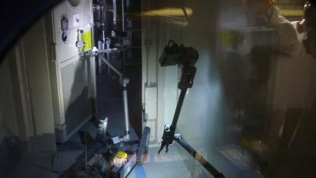 ↑ iRobot社から派遣されたPackbotが福島第一原発の3号機で稼働している様子。3枚目の写真には防護服を着た作業員の姿も確認できるため、ガラスか何か越し、あるいはモニタ越しに撮影したものと思われる