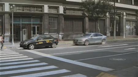 ↑ 自動車の接近に気が付く女性。黒い自動車は急ブレーキでギリギリ衝突は避けられた……
