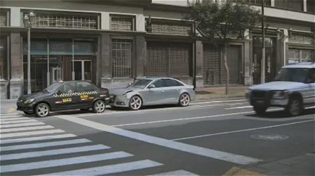 ↑ ……が、急に前方の黒自動車が止まったせいで、後続の銀色の自動車が止まり切れずに衝突