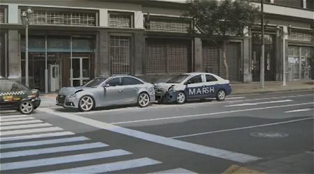 ↑ 「Marsh Insurance Brokers」の社用車が突っ込み、玉突き状態に。