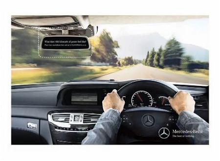 ↑ 運転席を描写した広告。ごく普通のものに見えるが……