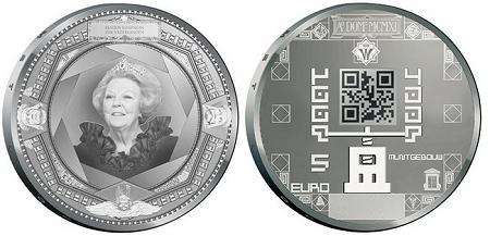 ↑ QRコードが刻印されたオランダの記念5ユーロ銀貨。QRコードが本物の短縮URLを示していることは確認済み