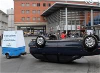 上下逆の自動車と貨車