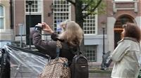 写真を撮る人々