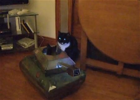 ↑ 戦車内に潜む猫と、それに挑む歩兵猫。結末は意外にも……