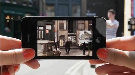 ↑ カップルの男性がカメラをかまえている情景をアプリで捕えていると、そこに映画のワンシーンとして、男性が自動車と接触するシーンが