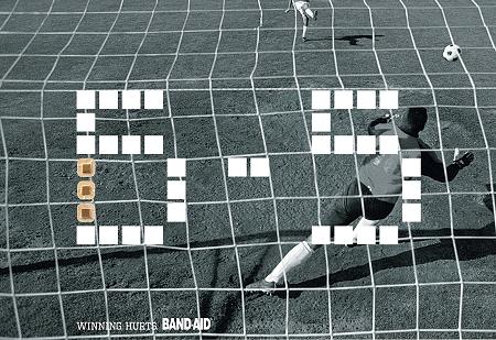 ↑ サッカーゴールを後ろから見た場面と、デジタル表示のスコア