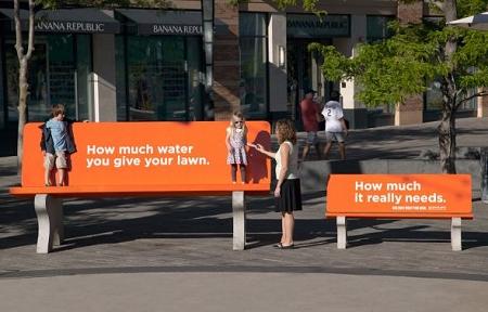↑ 公園のベンチ。左は今使っている水の量、右は本来必要な水の量