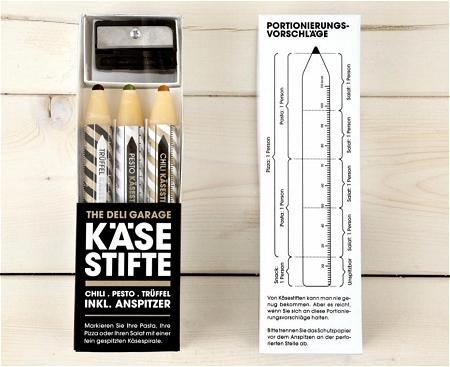 ↑ 色鉛筆と鉛筆削りのセットに見えるが……