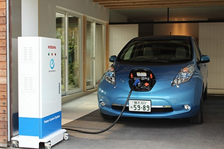 ↑ 日産リーフから住宅への電力供給デモ(公式動画)。