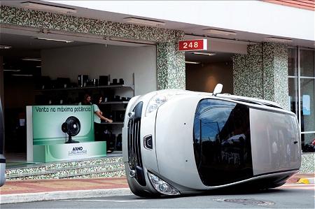 ↑ 扇風機の前で横倒しになる自動車。