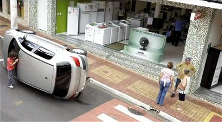 ↑ 「この扇風機の送風が強すぎて、倒れてしまいました」とばかりにアピールをする自動車