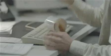 ↑ キーボード上に落下するコーヒー入りマグカップ。正直、ここまでなら経験した人も少なくないはず