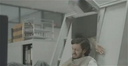 ↑ のけぞる男性。勢いでロッカーは倒れ、頭上に荷物が