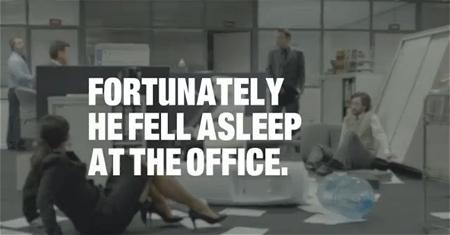 ↑ 「幸運にも、彼はオフィスで居眠りしてしまったのです」