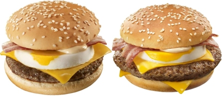 ↑ 「チーズ月見バーガー」(左)と「大月見(だいつきみ)バーガー」(右)