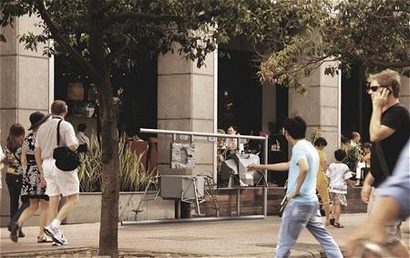 ↑ 街中に突如現れた「実物大」のプラモデル。思わず目が留まり、じっと眺める人達