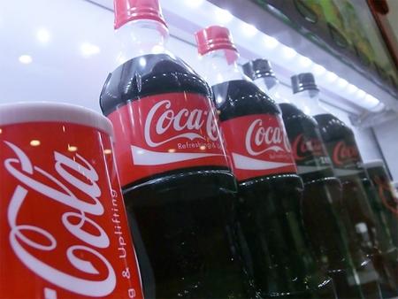↑ LED照明を使用したコカ・コーラ自動販売機