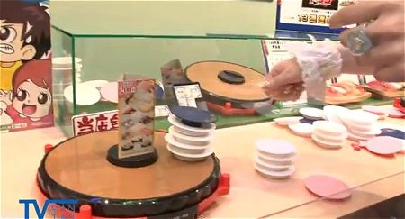 ↑ 東京おもちゃショー2011に展示された「まいど!お寿司たべすぎタワーゲーム」公式動画。