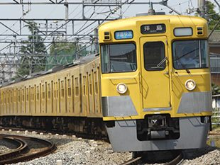 ↑ 西武鉄道新宿線を走る新2000系など。