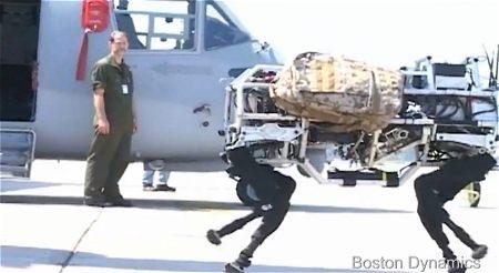 ↑ 新型ヘリV-22オスプレイから降り立つ「BigDog」