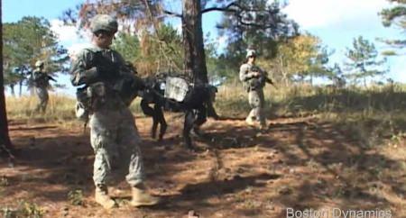 ↑ 歩兵と共に行軍する「BigDog」
