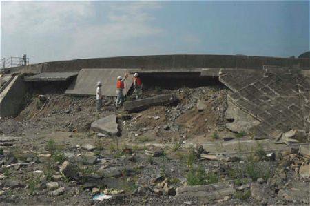 ↑ 堤防裏側で洗掘が進んで破損した堤防