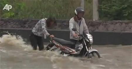 ↑ 10月14日付け・タイでの洪水を伝えるAP伝の公式動画。
