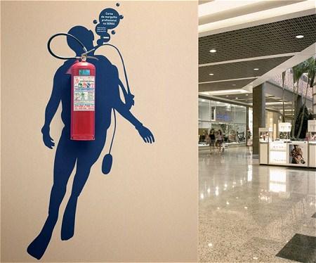 ↑ 商店街などの壁などに配された消火器がダイバーの酸素ボンベに早変わり