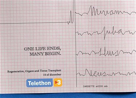 ↑ 一本の直線となった心電図が複数に枝分かれ。そして「一つの生命が終わり、そしてたくさんの命が始まる」のコピーが躍る