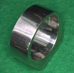 ↑ ニセのマークが施された指輪